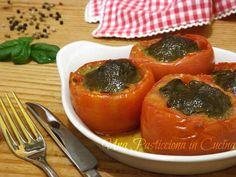 I Pomodori Ripieni al Pesto sono un gustoso piatto estivo, grazie a 2 ingredienti tipici dell'estate: i pomodori e il basilico, usato per preparare il pesto
