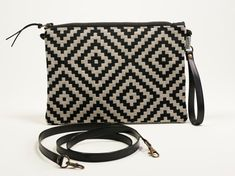 Black and white. Crossbody Clutch, Black Crossbody, Clutch Purse, Tapestry Fabric, Estilo Retro, Black Clutch, How To Make Handbags, Black Cross Body Bag, Everyday Bag