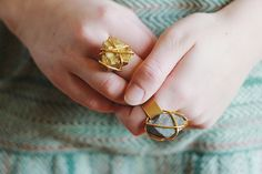 The Ultimate Guide to making your own rings with 15 DIY Ring Ideas. Where to shop for jewelry making supplies, step by step tutorials, and lots of photos to get you started. Diy Stone Rings, Diy Rings, Rings Cool, Rock Rings, Small Rings, Unique Rings, Jewelry Trends, Diy Jewelry, Jewelry Ideas