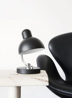 The Swan chair design by Arne Jacobsen. Midcentury Modern, Modern Interior, Interior And Exterior, Interior Design, Fritz Hansen, Arne Jacobsen, Scandinavian Furniture, Scandinavian Living, Black And White