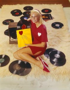 limegum:  Young woman leaning on record player with record (1968) Photo: Tom Kelley