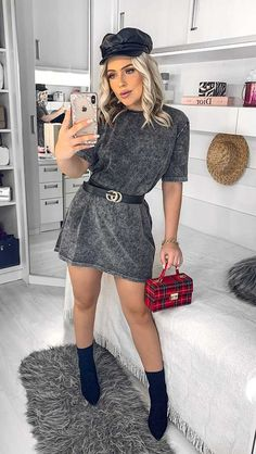 Boina preta, t-shirt dress cinza podrinha, cinto gucci, bolsa box vermelha xadrez, ankle boot preta Dress Pants, Shirt Dress, T Shirt, Ideias Fashion, Ankle, Sweaters, Closet, Dresses, Summer Looks