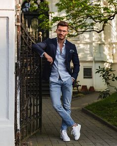 Werbung - It doesn't take a huge amount of clothing to build a great wardrobe. What I've learned throughout the years is the importance of… Blue Jeans Outfit Men, Blazer With Jeans, Mens Fashion Summer Outfits, Mens Fashion Suits, Fashion Vest, Fashion Menswear, Stylish Men, Men Casual, Moda Zara