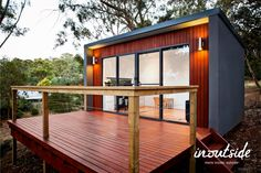 Inoutside is an Australian company that specializes in pre-fabricated backyard offices. The way we work nowadays is changing, with more people choosing to work from home thanks to advances in computer and networking technology. The new concept of liv Backyard Office, Backyard Studio, Outdoor Office, Prefab Shed Kits, Prefab Office, Office Pods, Modern Shed, Stucco Homes, Outdoor Living Rooms