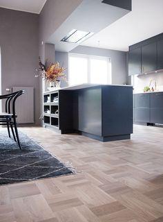 Med ett nytt golv & kök! Parkay Flooring, Engineered Hardwood Flooring, Parquet Flooring, Wooden Flooring, Kitchen Flooring, Hardwood Floors, Black Kitchens, Colorful Interiors, Home Remodeling