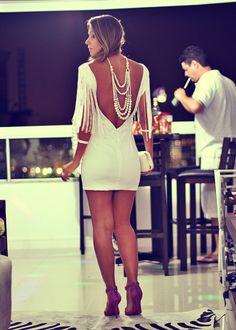 Look de festa com Vestido curto branco Costa Nua detalhe franjas
