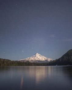 So much yes! Who else is feeling these summer-like nights?   @justin.watts #mthood #taghood #lostlake #pnwonderland #PNW #themountainiscalling #campvibes #snowwaterland