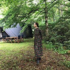 桐島かれんさんはInstagramを利用しています:「山の家にて、ハウスオブロータスのカタログ撮影。次のシーズンのテーマは、「ブリティッシュ・チャイナ」。クラッシックな小花プリントのワンピースには、チャイニーズなスタンドカラーがアクセントになっています。#ハウスオブロータス #houseoflotus」