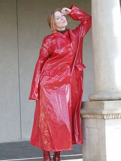 Lässig im roten Lackmantel #RaincoatsForWomenHoods