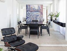 O quadro roxo de Antonio Sanino, adquirido em Capri, na Itália, pela Galeria Franco Senesi, traz um visual descolado para a sala de jantar. Mesa Tokio, em laca preta brilhante, de Silvio Romero, e cadeiras Plata, de Jader Almeida, ambos para Dpot, complet (Foto: Divulgação)