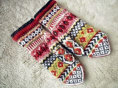 Pattern generously gifted to Solveigs Vantar Solveigs Mittens group by Solveig Larsson herself In January Mittens Pattern, Knit Mittens, Knitted Gloves, Knitting Socks, Hand Knitting, Knitting Charts, Knitting Patterns, Crochet Hand Warmers, Motifs Roses