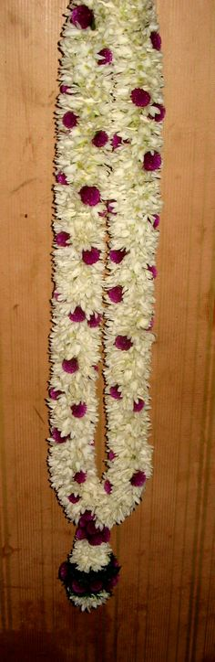 Wedding garland with lilies Flower Garland Wedding, Floral Garland, Flower Garlands, Bridal Flowers, Flower Decorations, Wedding Garlands, Wedding Decorations, Wedding Mandap, Wedding Stage