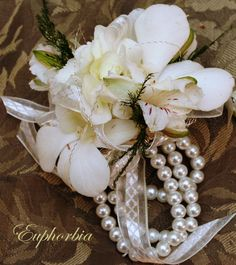 Pearl wrist corsage for the mothers Wrist Corsage Wedding, Flower Bouquet Wedding, Corsage Formal, Corsage And Boutonniere, Boutonnieres, Homecoming Corsage, Wrist Flowers, Bridezilla, Simple Flowers