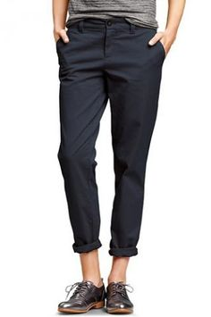 Gap navy khakis - teamed with brogues and a cosy bright knit, perfect for autumn's androgynous style (and generous in fit to cover growing baby bump :-)) Queer Fashion, Androgynous Fashion, Tomboy Fashion, Fashion Mode, Look Fashion, Androgyny, Petite Fashion, Curvy Fashion, Fall Fashion