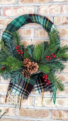 Cute Winter Wreath Decoration Ideas To Compliment Your Door - When most of us think of front door wreaths we think circle, evergreen and Christmas. Wreaths come in all types of materials and shapes. Diy Xmas, Christmas Wreaths To Make, Christmas Door, Holiday Wreaths, Rustic Christmas, Christmas Decorations, Christmas Ornaments, Holiday Decor, Winter Wreaths