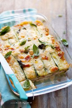 La Parmigiana di zucchine, è una Parmigiana bianca buonissima e filante! The zucchini Parmigiana, is a delicious and stringy white Parmigiana! Variant of the classic Eggplant Parmigiana. Cena Light, Healthy Cooking, Cooking Recipes, Vegetarian Recipes, Healthy Recipes, Good Food, Yummy Food, Daily Meals, Savoury Dishes
