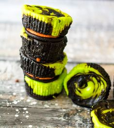 Mini Halloween Cheesecakes are the perfect spooktacular dessert! Colorful, easy to make and with only 5 ingredients they are the perfect Halloween treat! Halloween Treats For Kids, Halloween Desserts, Halloween 2019, Halloween Party, Oreo Dessert, Mini Desserts, Cooker Recipes, Beef Recipes, Carrot Recipes