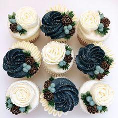 Elegant Cupcakes, Pretty Cupcakes, Beautiful Cupcakes, Flower Cupcakes, Buttercream Designs, Buttercream Cupcakes, Cupcake Frosting, Winter Wedding Cupcakes, Wedding Cakes With Cupcakes