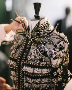 Haute Couture ELIE SAAB The work of detail, embroidery, rhinestones and pearls Autumn Winter Elie Saab Couture, Haute Couture Paris, Valentino Couture, Haute Couture Fashion, Elie Saab Gowns, Haute Couture Gowns, Style Couture, Couture Details, Fashion Details