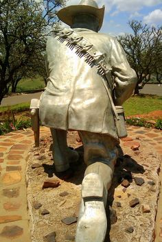 Danie Theron (1872-1900) Therefore the SA National Defence Force decided to donate this statue to the Voortrekker Monument. The statue was placed at Fort Schanskop on the 29th November 2001. (Retored by Alusaf Bayview in 1995 - Mixture of aluminium and clay)