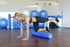 De rodillas sobre el roller, extiende una pierna Pilates, Gym Equipment, Exercise, Sports, Sports Magazine, Exercise Ball, Health Fitness, Legs, Pop Pilates