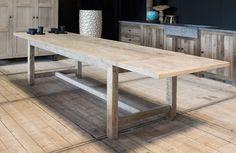 Extra grote, massieve houten tafel in oude eik. Landelijke stijl, volledig op maat gemaakt. Verschillende afmetingen en houtsoorten mogelijk.