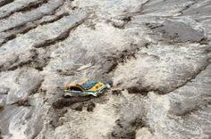 Tay đua người Brazil Guiherme Spinelli bị kẹt giữa dòng nước lũ ở chặng 8 Dakar Rally giữa Salta và Tucuman, Argentina