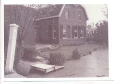 Op deze foto, genomen tussen 1930 en 1940, is de steiger oftewel 'de stoep aan het water' nog goed te zien. Dat was een algemene wasplaats. De kinderen werden er gewassen en de melkemmers van de boerderij werden er gespoeld. Tot 1962 was er geen eigen waterleiding aan de Woudselaan. Sommige boerderijen hadden een regenput met drinkwater.