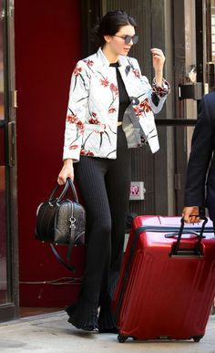 Kendall Jenner Switches Up Her Summer Wardrobe With a Mandarin-Style Jacket - Total Street Style Looks And Fashion Outfit Ideas Street Style Kendall Jenner, Kendall Jenner Mode, Kendall Jenner Outfits, Kendall And Kylie, Kylie Jenner, Floral Blazer, Floral Jacket, Satin Jackets, Outfit Trends