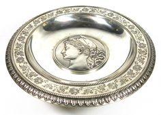 Esmoleira em prata alemã 833 milésimos na forma circular borda decorada com incisões florais, pontil