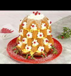 """Este es el postre para nuestro menú especial de Navidad. Es un """"pandoro"""" relleno con crema pastelera y nata. Es muy delicioso porque se parece a un árbol de Navidad y sobre todo es muy bueno!"""