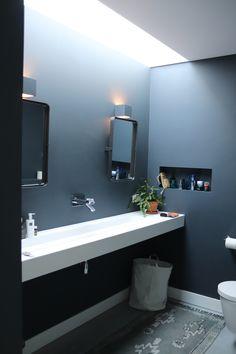 Badkamer, alleen betonnen vloer em de rest strak gestuukt en geverfd is een hele mooie donkerblauwe kleur. Brede wastafel van Corian. Bathroom Lighting, Mirror, Furniture, Home Decor, Bathroom Light Fittings, Bathroom Vanity Lighting, Decoration Home, Room Decor, Mirrors