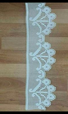 This Pin was discovered by Ner Filet Crochet, Crochet Lace Edging, Crochet Borders, Crochet Doilies, Crochet Stitches, Crochet Patterns, Crochet Baby Poncho, Love Crochet, Crochet Hats