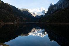 In einem Bergsee spiegeln sich die umliegenden Gipfel im Hintergrund leuchtet der Gletscher Vector Online, Berg, Mount Everest, Stock Photos, Mountains, Nature, Travel, Videos, Pictures