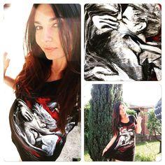 #ElisaDOspina Elisa D'Ospina: I dipinti che mi fa Romina Bandera sono diventati pezzi di abbigliamento. Qui indosso il mini abito disponibile fino alla taglia 52 con raffigurato l'abbraccio. Sono tutti dipinti a mano dall'artista. Per ordinazioni contattate @rominabandera #dress #curvy #fashion