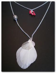 Sautoir plumes blanches et grappe de perles corail