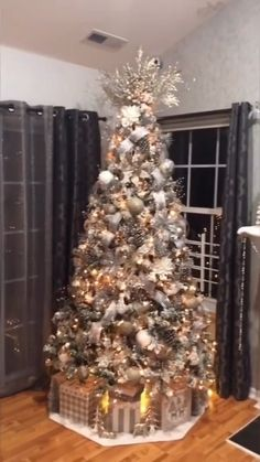 25 Beautiful Christmas Tree Design Ideas Trend All Year - pria rumahan Rose Gold Christmas Decorations, Elegant Christmas Trees, Silver Christmas Tree, Christmas Tree Design, Christmas Tree Themes, Christmas Tree Toppers, Christmas Home, Holiday Decor, Christmas Wedding