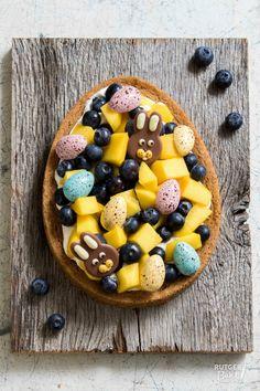 Paastaart met frisse mascarponeroom, mango & blauwe bes / Easter tart with mango and blue berries - recipe - baking Chocolate Greek Yogurt, Bake My Cake, Oreo Truffles Recipe, Baking Utensils, Easy Baking Recipes, Baking Ideas, Blueberry Recipes, Baking Cupcakes, Chocolate Recipes