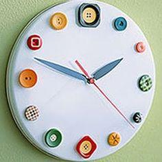 часы из пуговиц и крышки от сковороды