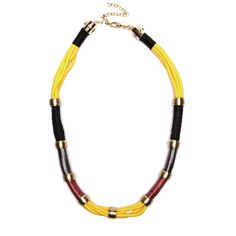 Colar de cordas coloridas com metais dourados