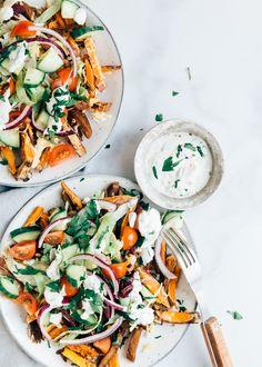 Kapsalon recept met zoete aardappelfriet - Uit Pauline's keuken Isagenix, Caprese Salad, Bruschetta, Paella, Lunches, Food Photography, Curry, Good Food, Low Carb