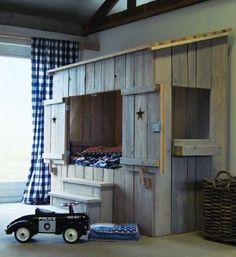 super chulo...   Almacen 5 hace muebles y decoraciones a medida, de madera reciclada. www.almacen5.es