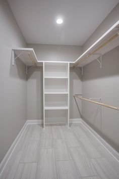 Walk In Closet Ideas - Seeking some fresh ideas to renovate your closet? See our gallery of leading high-end walk in closet layout ideas as well as photos. Walk In Closet Small, Walk In Closet Design, Bedroom Closet Design, Master Bedroom Closet, Small Closets, Closet Designs, Master Suite, Small Master Closet, Master Closet Layout