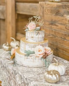Taste and design are equally important when it comes to rustic wedding cake ideas, and we've rounded-up a few of our most-liked cakes to inspire your planning. See more rustic wedding cake, decor, and dress ideas at rusticweddingchic.com 📸: Lindsay Eileen Photography Wedding Cake Table Decorations, Fall Wedding Cakes, Wedding Cake Rustic, Wedding Cake Designs, Wedding Desserts, Chocolate Drip Cake, Wedding Cake Inspiration, Wedding Trends, Wedding Ideas