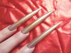 gold chrome stiletto nails extra long stilleto di LaSoffittaDiSte