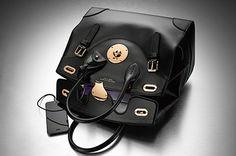 ラルフ ローレン(Ralh Laue)から、実用性を兼ね備えた新作バッグが登場。2015年春より販売予定だ。クラフツマンシップ溢れるアイコンバッグ「リッキーバッグ」シリーズの新作は、何と言っても、内蔵...