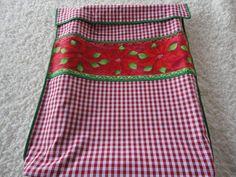 Leve a sua contribuição para a ceia natalina já embalada neste lindo porta tabuleiro, que já servirá de presente para a anfitriã.  Peça pela sequência:  1 - verde com flores vermelhas  2 - verde com flores brancas  3 - vermelho com flores vermelhas.  Pode ser encomendado o pano des prato coordenado