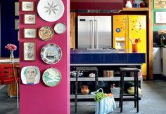 A personalidade descolada da moradora pode ser percebida pela variedade de cores na cozinha. Destaque para a geladeira amarela, de duas portas. O projeto é da arquiteta Tieko Matsuda  Fotos Codo Meletti e Marcelo Magnani / Casa e Jardim