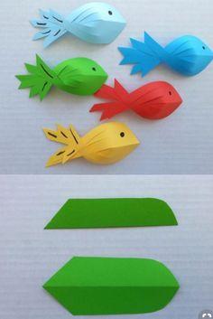 Se på disse fine papirfiskene! Du trenger kun papir, saks, lim og tusj til øyne. Se på bildene hvordan fisken klippes. Klipp 5 innhakk, sånn at du har 6 strimler. La de to midterste strimlene bytte plass og ha litt lim mellom. Så tar du den venstre strimlen og limer oppå de to første. Deretter … Fortsett å lese «Klipp, brett og lim!»