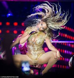 Beyonce Knowles, rocked a figure-hugging disco ball bodysuit on Monday while performing on the European leg of her Mrs Carter World Tour. Beyonce Blow, Flicks Hair, Beyonce Images, Glitter Bodysuit, Mrs Carter, Beyonce Knowles, Independent Women, Queen B, Glow